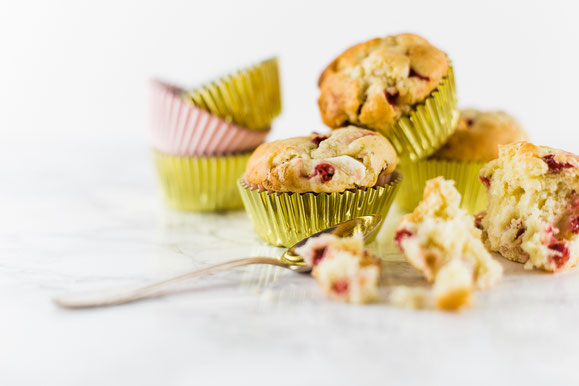 Weisse Schoko-Beeren-Muffins aus dem Dampfgarer.
