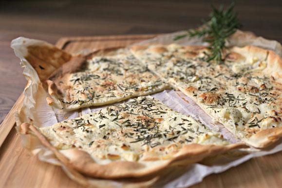 Bild zum Rezept für Steamer und Dampfgarer: Flammkuchen mit Schafskäse und Rosmarin.