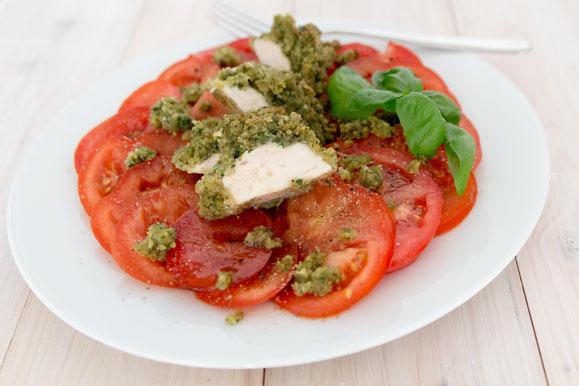 Poulet mit Kräuterkruste auf Tomatensalat aus dem Dampfgarer.
