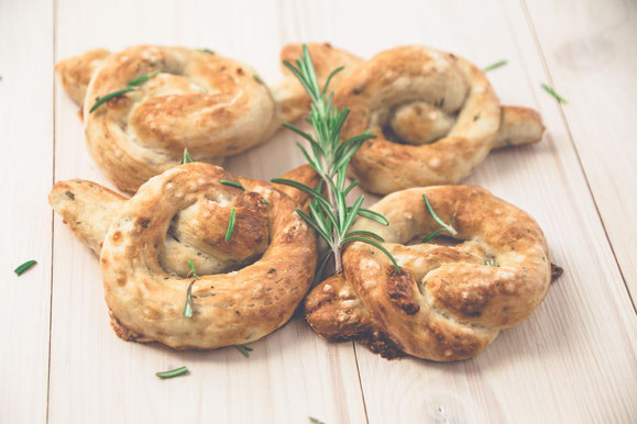 Steamhaus - Rezept für Kombi-Steamer und Dampfgarer: Bretzel mit Rosmarin, Mozzarella und Parmesan.