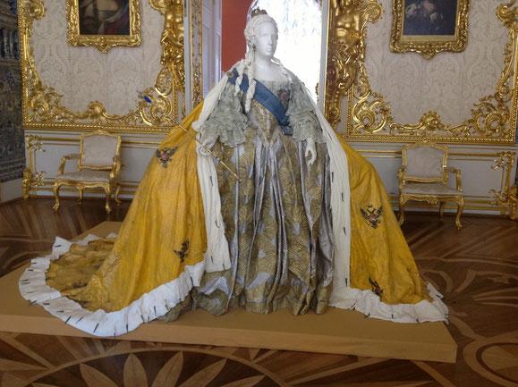 Robe d'apparat d'Elisabeth 1ere reconstituée en papier par Isabelle de Borchgrave