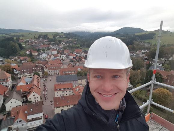 Hoch über Gersfeld - Blick vom eingerüsteten Kirchturm auf das Rathaus