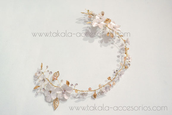 Media corona artesanal de novia, romántica con flores de porcelana, hojas de metal, perlas, strass y cristales.