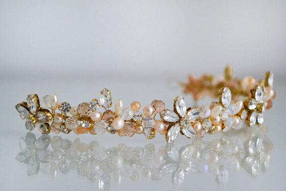 Vincha de novia artesanal con flores de cristal, perlas de río, cristales y strass.