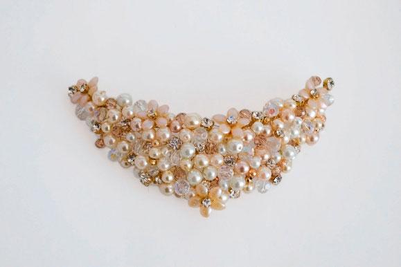 Tocado de novia de perlas, cristales y strass. Aplique con flores.