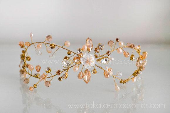 Tocado de novia, aplique de novia, vincha de novia, hecho a mano, tocado de perlas, tocado de cristal, aplique dorado, tocado de flores, Villa Urquiza, novias en Villa Urquiza,