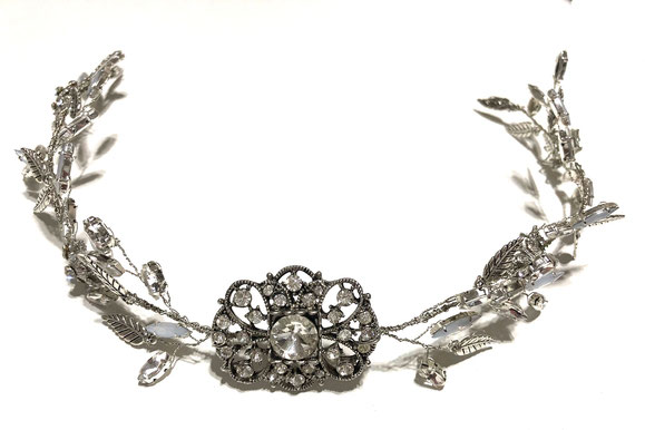 vincha de novia artesanal de perlas con detalle de hojas sobre lateral.