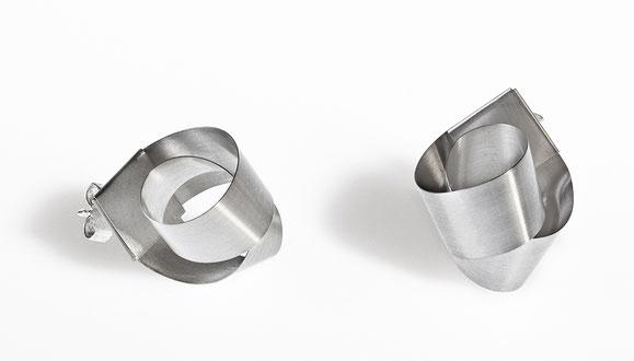 Bow Ohrstecker sind minimalistisch und doch raffiniert. ein langer, matter Silberstreifen wird um sich selbst gewunden zu einem Knoten und zieht alle Blicke auf sich