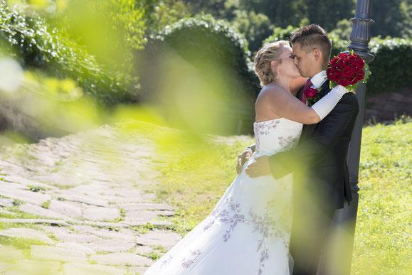 Hochzeitsfotograf Aschaffenburg, Brautpaar, Kuss, Küssen, Blumen, Brautstrauß
