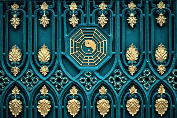 Altes Tor mit Yin und Yang Symbol