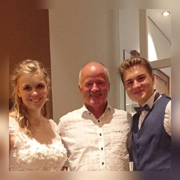 Hochzeitspaar mit DJ Höppi