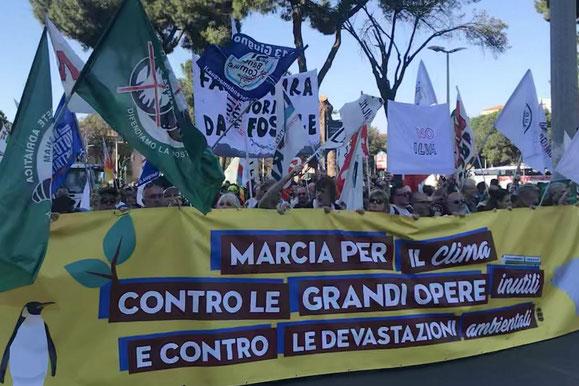 La testa del corteo in marcia a Roma sabato 23 marzo.