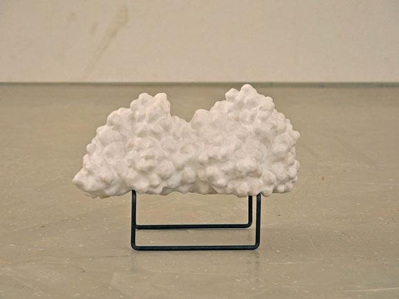 Cumulus humilis, Steinzeugton, Glasur, metall, ca. 26x37x18 cm