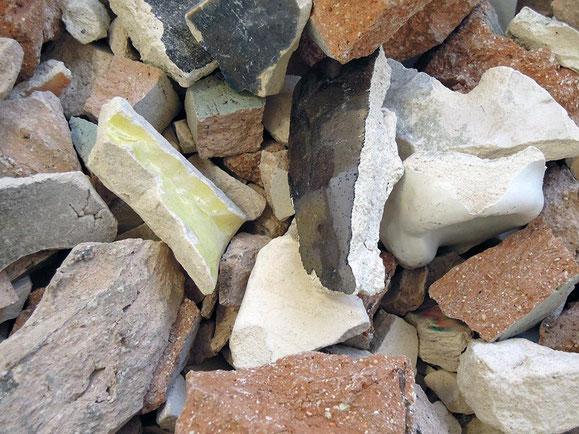 Apokryphes, Steinzeugton, Sockel, 70x261x163 cm