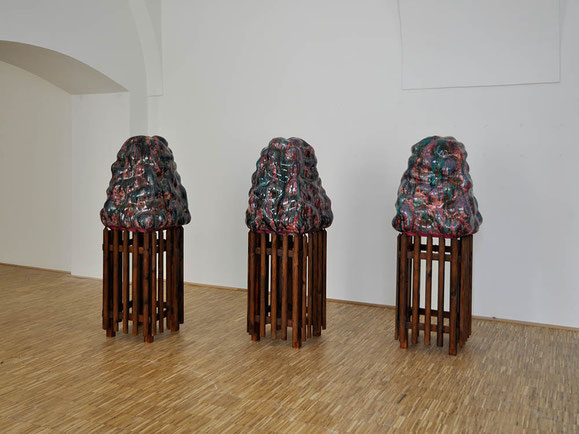 Gute Zäune..., Steinzeugton, Glasur, Holz, 167x65x75 cm (3x)
