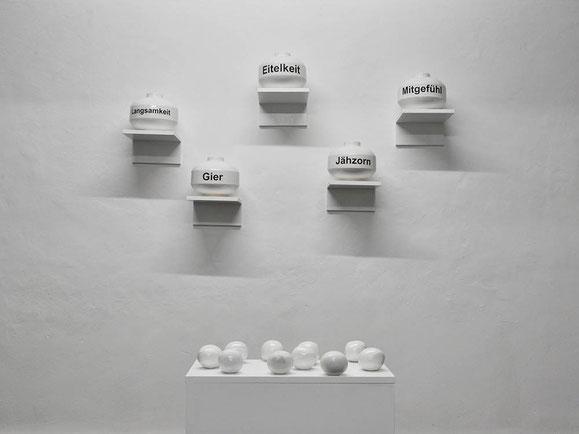Katharsis, Steingutton, Glasur, Schrift, Bälle, Möbel, 177x145x400 cm