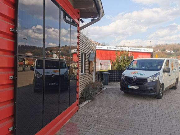 Firmengelände mit reichlich Solaranlagen im oberfränkischen Weißenohe © iKratos