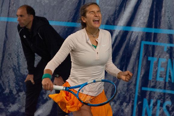 La joie de Salma Djoubri après sa victoire au 1e tour face à Lucie Wargnier