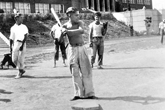 Yogi gioca a Sandlot nel suo quartiere (Foto dal Museo Yogi Berra)