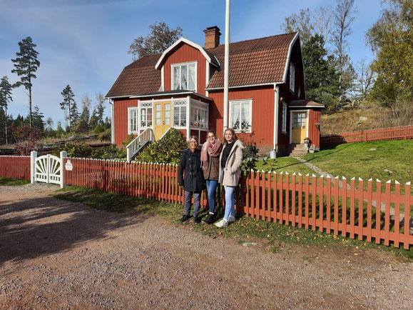 Clarita mit Besuch von Zuhause vor dem Haus von Michel aus Lönneberga
