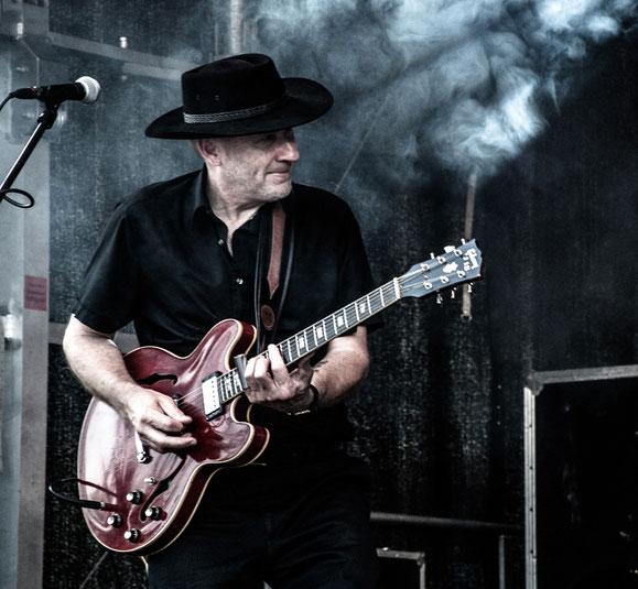 Jim Kahr aus Chicago hat als Bandmitglied und Studiomusiker noch mit etlichen der großen Blues- und Rocklegenden gespielt. John Lee Hooker und Joe Cocker sind nur zwei aus einer langen Liste.
