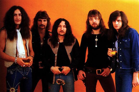 """In den 70er-Jahren zählte Uriah Heep zur Speerspitze des britischen Hardrocks,  wobei epische Songs wie """"July Morning"""" oder """"Circle Of Hands"""" schon wieder eine Brücke zum Progressive- und Art-Rock schlugen."""
