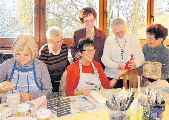 Sigrid Meinecke, Heidemarie Stucke, Ursel Wegner und Erna Nonn (stehend v.l.) schauen sich die neuesten Werke von Marina Schnelle (l.) und Margrit Maletzky, Teilnehmerinnen des Töpferkurses im ASZ Kannenstieg, an.