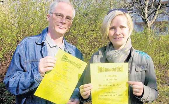 Stadtteilmanagerin Jessica Zedler und Marcel Härtel vom Bürgerverein Nord verteilen Handzettel und Aushänge.  © privat