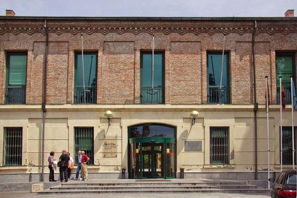 Edificio actual dle campus de Vicálvaro, que primeramente sirvió como Fábrica de Tejidos y durante largo tiempo como cuartel de Artillería