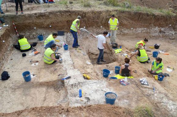 Arqueólogos, durante las labores de excavación del taller (Imagen publicada por El País)