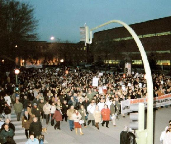 Imagen de una de las manifestaciones a su paso por el paseo de los Artilleros (Memoriaveinal.org)