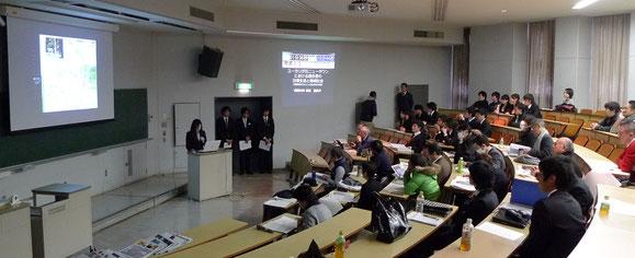 6号館階段教室で行われた卒業論文発表風景