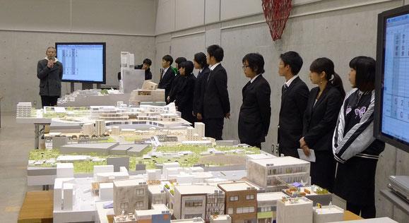 ゲスト審査員の福島さんの講評を聞く発表者たち