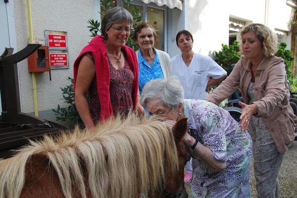 Un geste d'affection spontané qui surprend la accompagnateurs : c'est cela aussi la thérapie avec le poney...