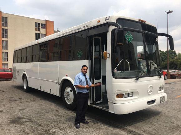 Transportes Escolares Alvarado Autobuses de empleados  cómodos y presentables que cuentan con asientos altos anatómicos en tela retardante al fuego, las unidades se encuentran limpias y desinfectadas para el traslado del personal.