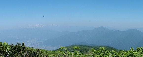山頂から白山と荒島岳・・・黄砂の所為でしょうか靄っています