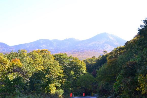 弘前からロープウェイに向かう途中八甲田山を望む            素晴らしいお天気・・・期待が膨らみます