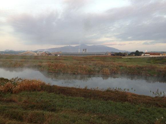 霧に包まれる肝属川。真ん中に見えるのが高隈山御岳(おんたけ)