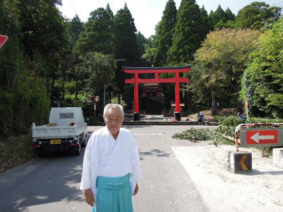 四十九所神社の中村宮司さん。写真右側が走路。右奥が柴垣。