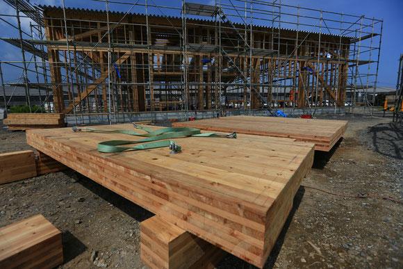 杉CLT(1.8m×3.6m 7層7プライ)の木床を鉄骨フレームに縦横12枚設置。