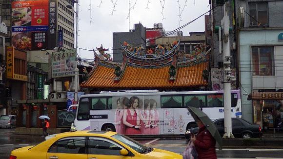 カラフルな寺院を撮ろうとしたらタイミングが遅くてバスが被ってしまった