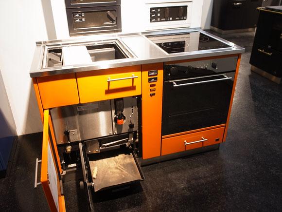 【写真5】薪焚き調理台(電磁調理器付き)