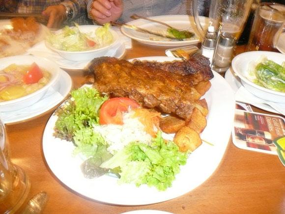豚のあばら肉を焼いたもの。すごいボリュームです。