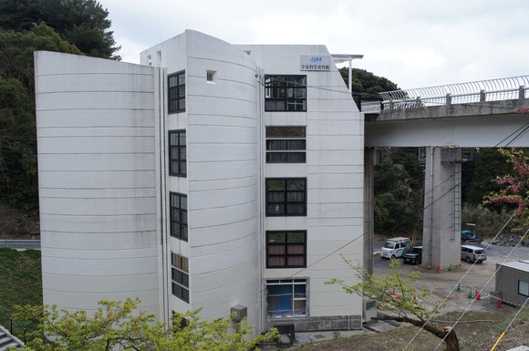 見学者は右上に写る橋から5階部分に入り、見学しながら螺旋状の階段を降りていく