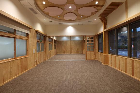 多目的室 天井には地元丸岡公園の桜の花びらがデザインされている