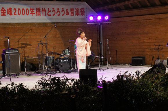 音楽祭で披露された「二千年橋、夢あかり」。歌うのは木佐貫泰子さん