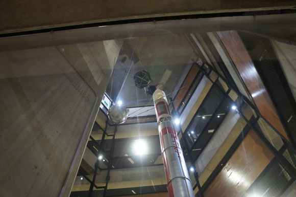建物内は吹き抜けになっており、真ん中にM-3Sロケットが立っている