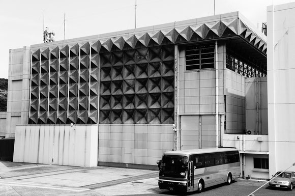 【写真3】ミューロケット組立室の入る建屋。モノクロで撮影するとアルミパネルの陰影がよく分かる
