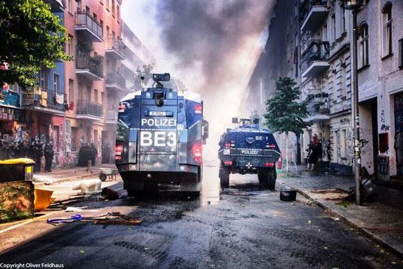 Berlin - Friedrichshain, d. 16. juni 2021: Politiets borgerkrigsøvelser mod kvarterets beboere