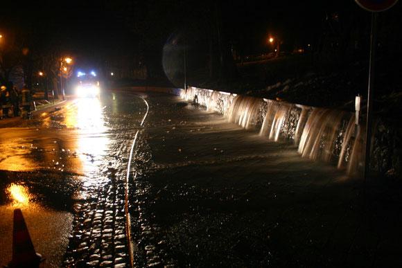 Die Wassernassen stüzten die Herzog-Georg-Straße hinunter, die Feuerwehr konnte verhindern, dass das Theater unter Wasser gesetzt wurde